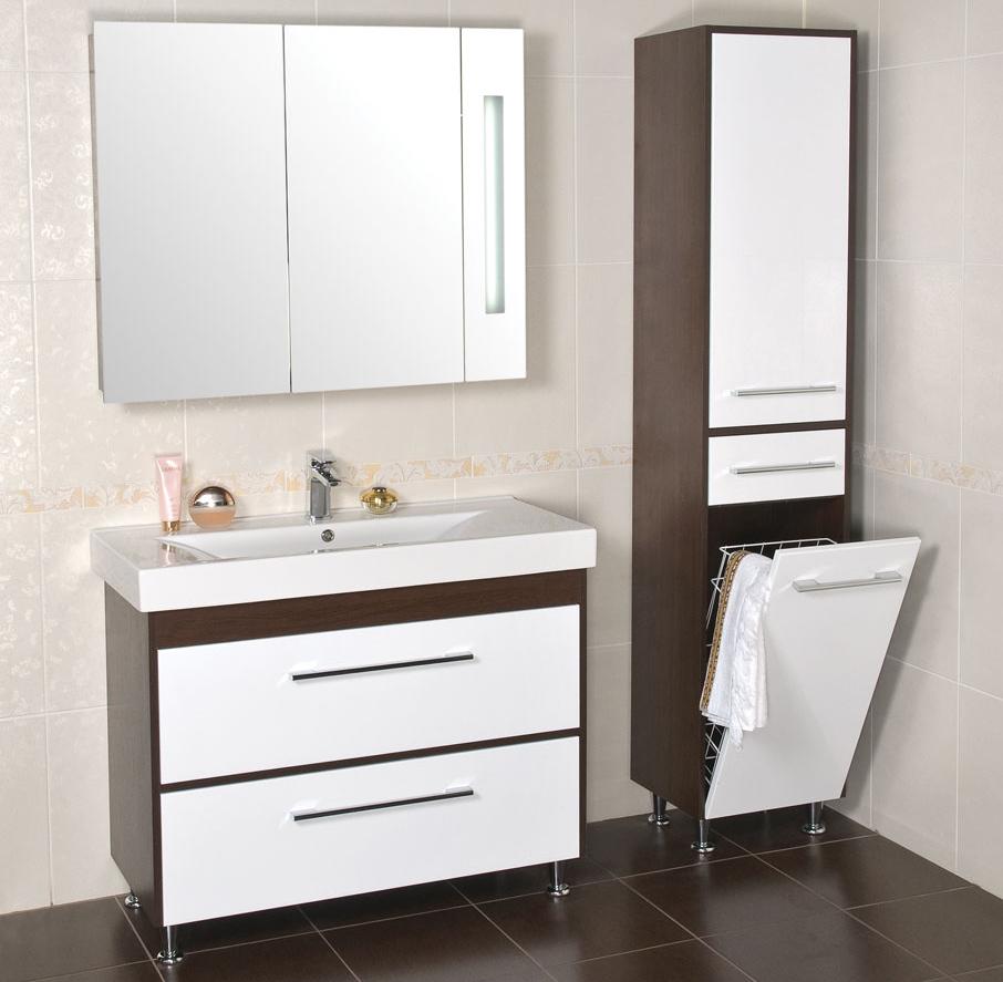 Бело-коричневая мебель в ванной