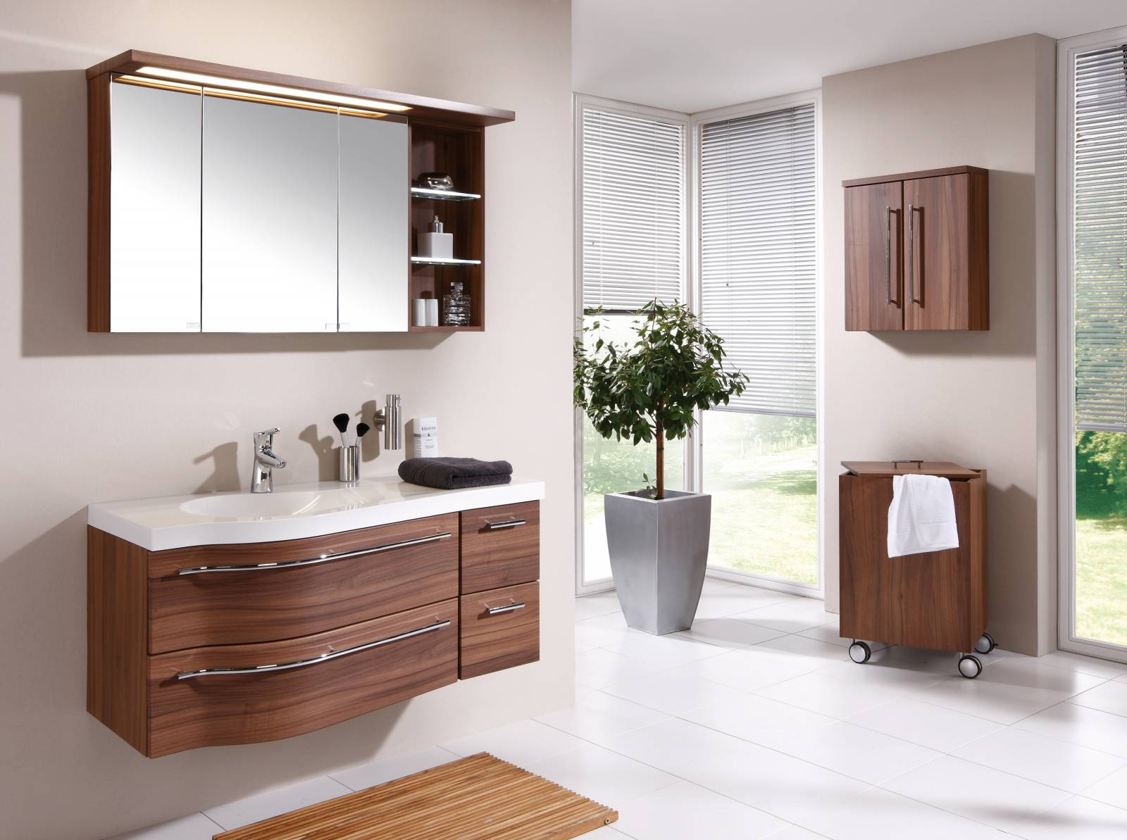Коричневая мебель в белой ванной комнате