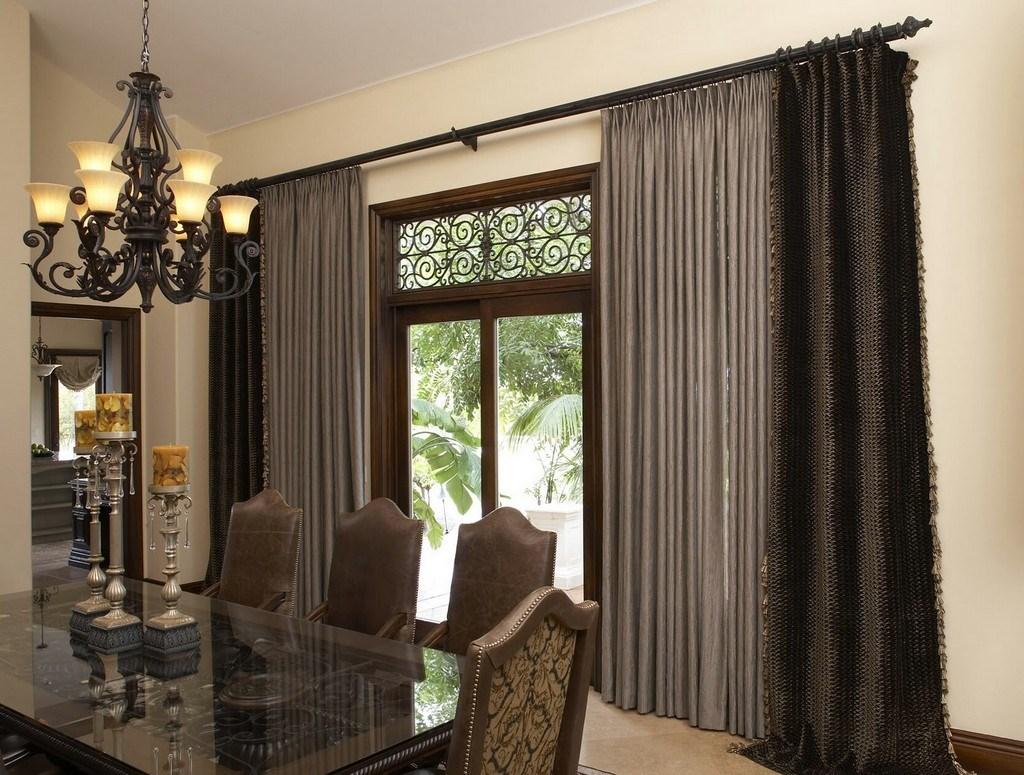 Плотные шторы в столовой с коричневой мебелью