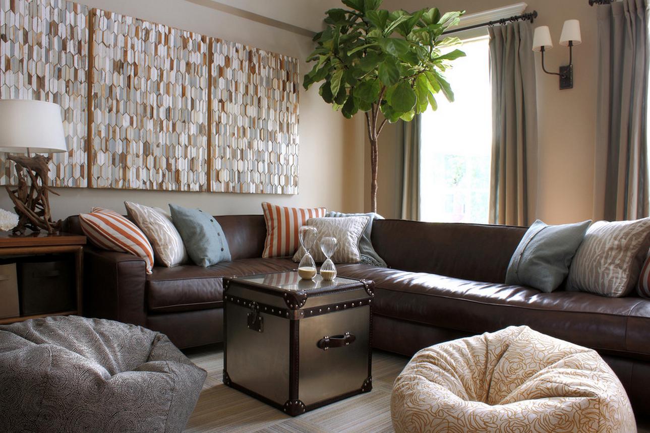 Коричневый диван в гостиной с серыми шторами