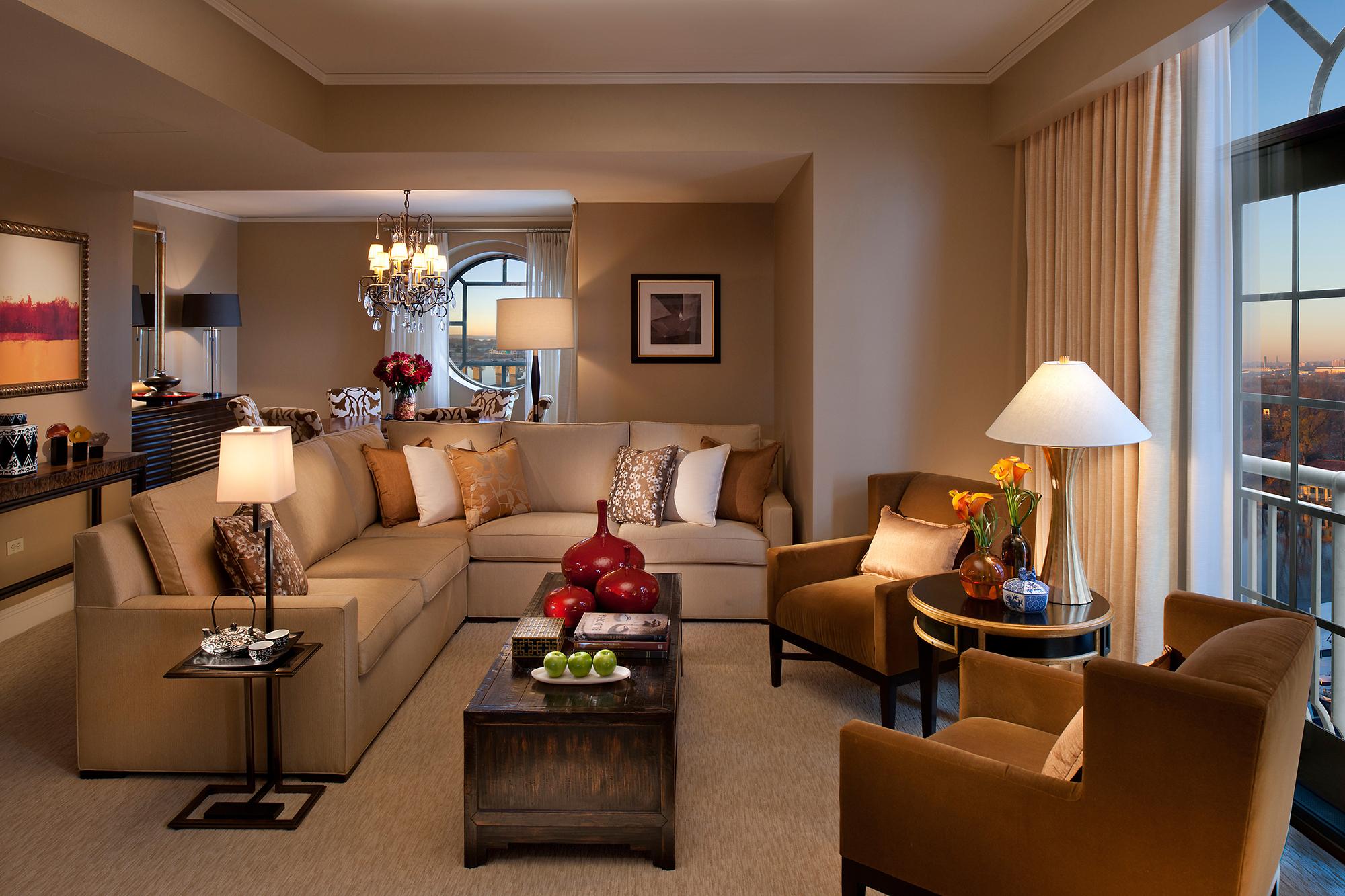 Коричневая мебель в интерьере гостиной