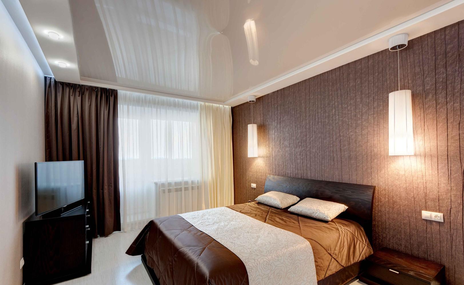 Коричневая мебель в светлой спальне
