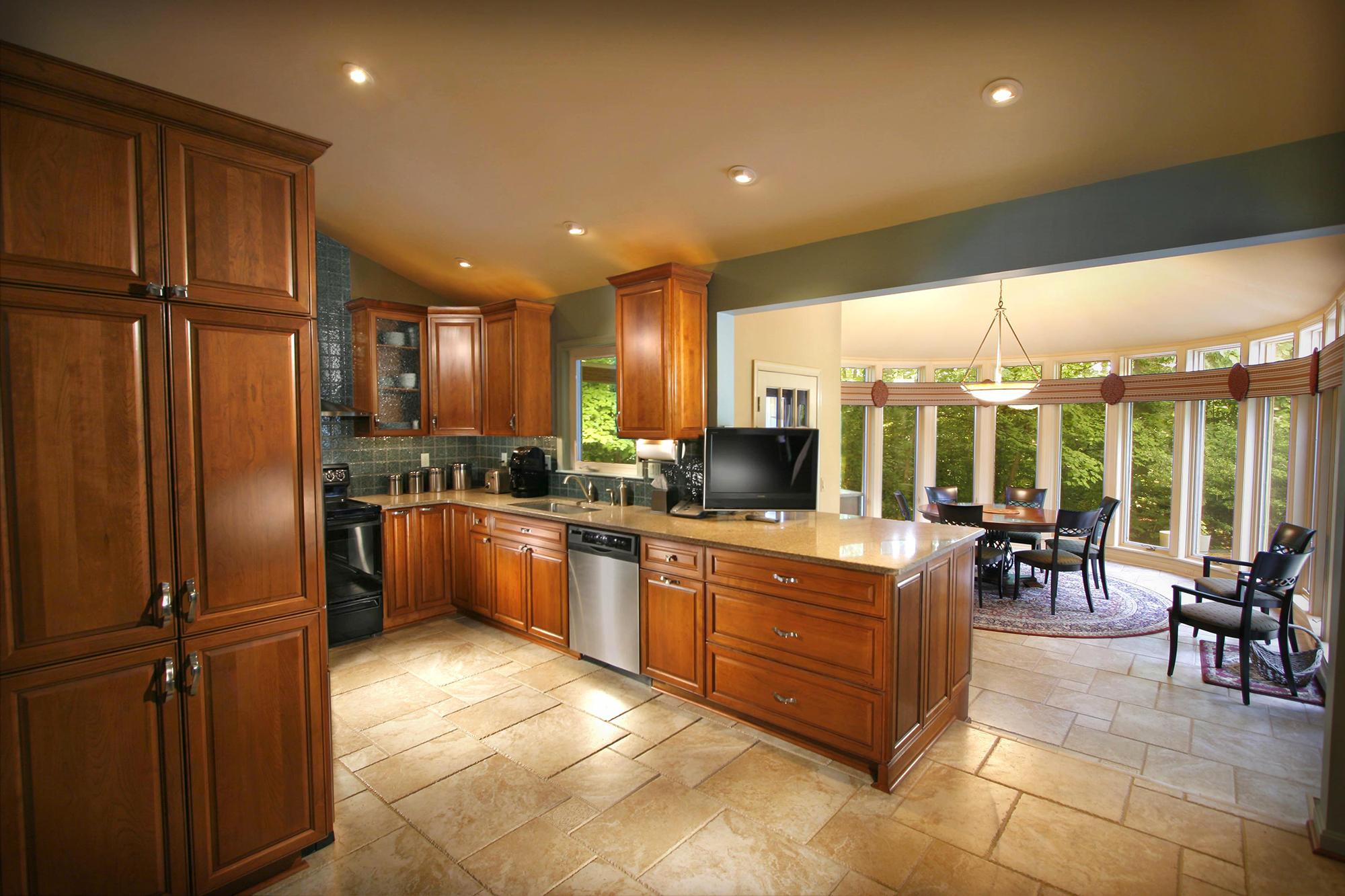Коричневая мебель в кухне-столовой