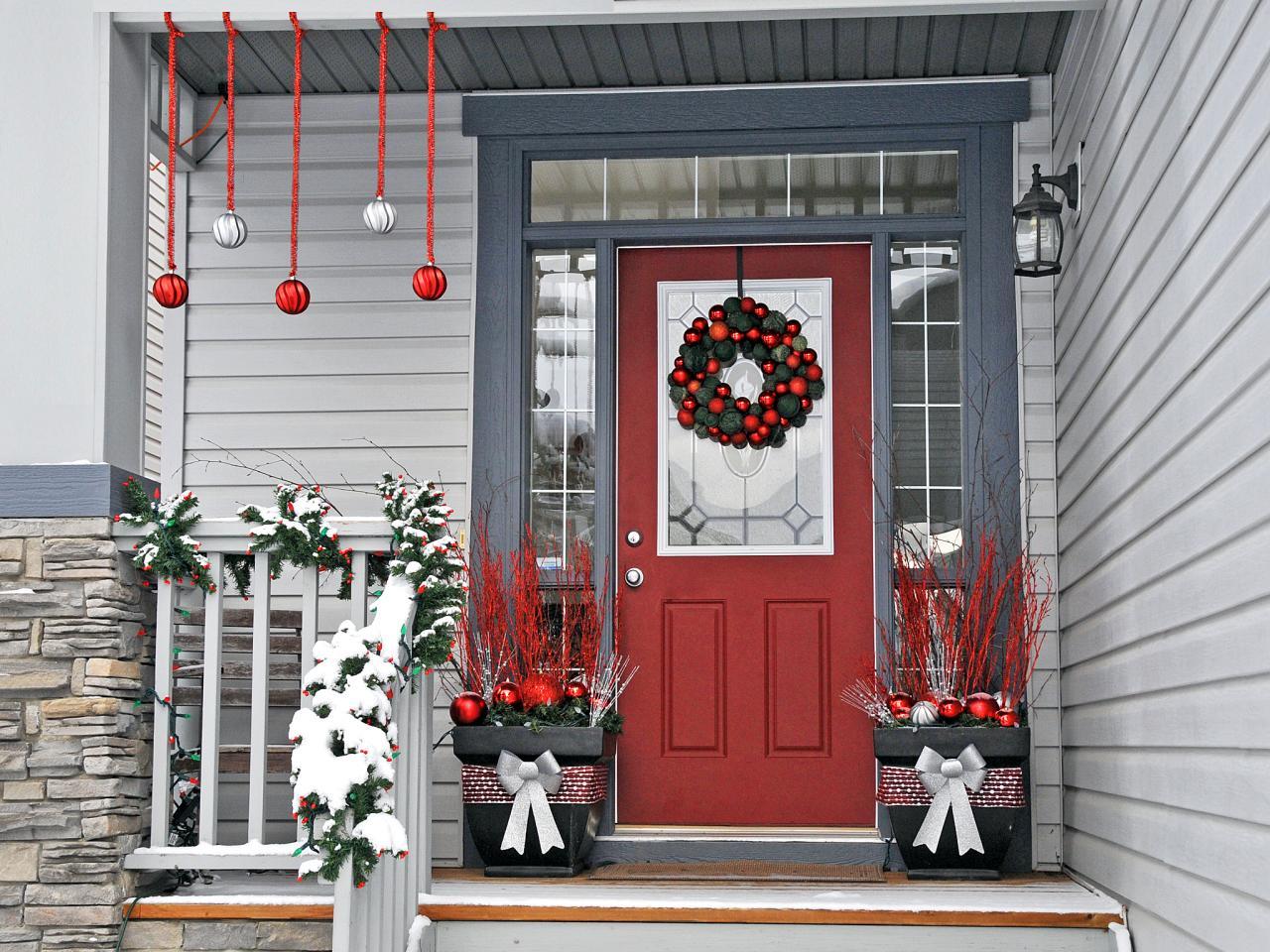 Новогоднее украшение фасада в красном цвете
