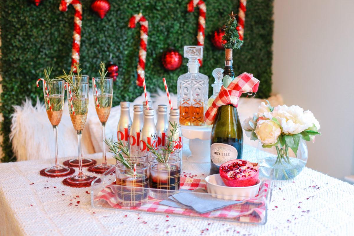 Новогодний декор бутылки шампанского в красно-белом цвете