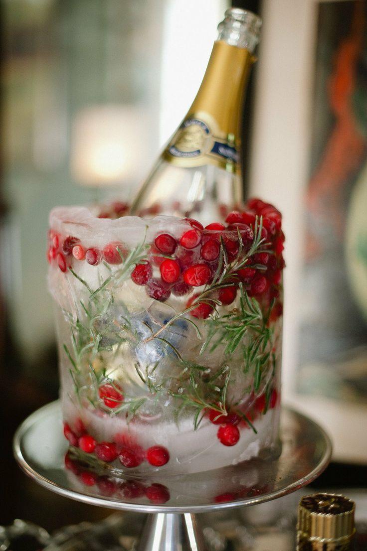 Новогоднее украшение бутылки шампанского декоративным льдом