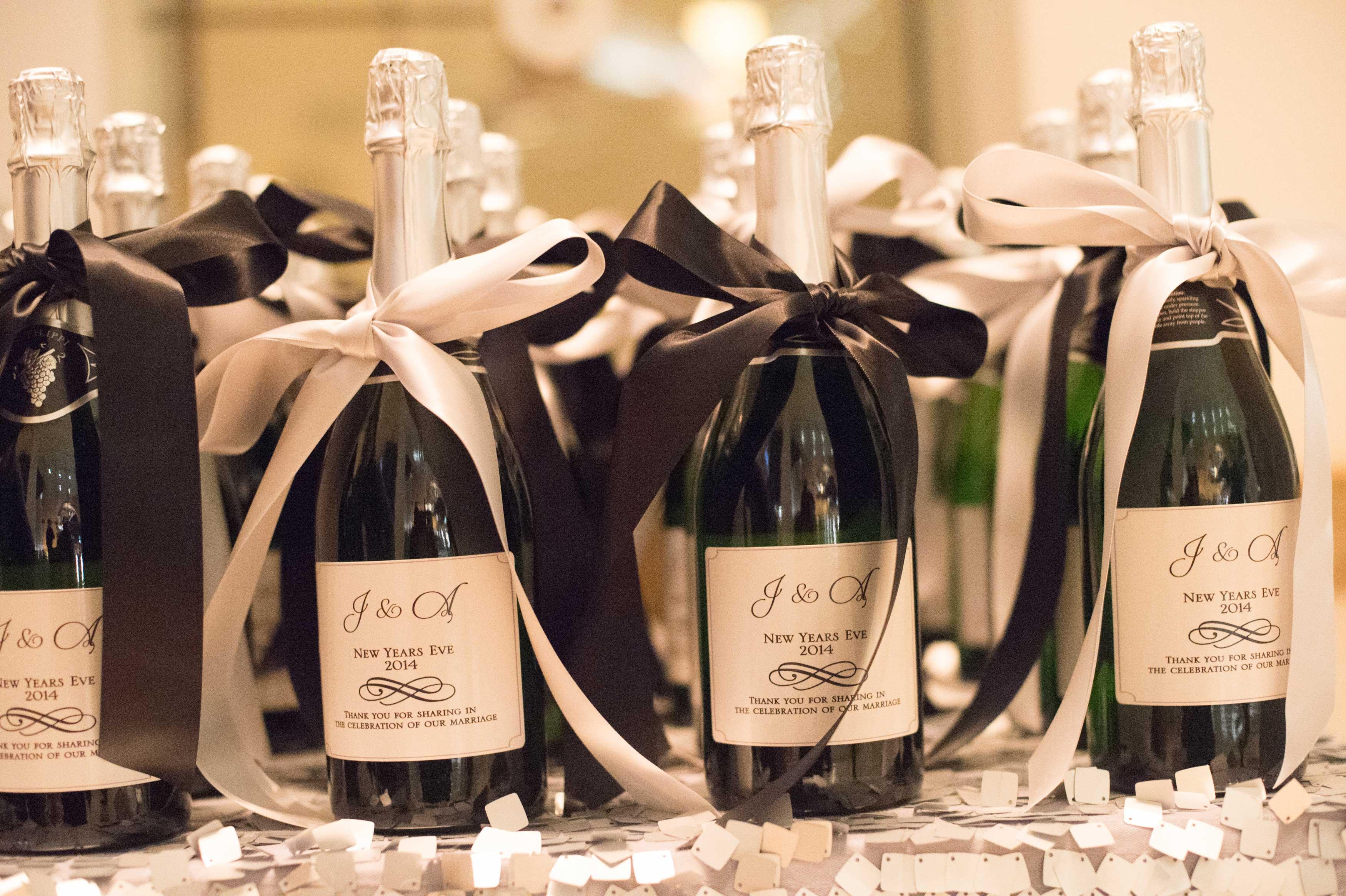 Новогодний декор бутылки шампанского лентами