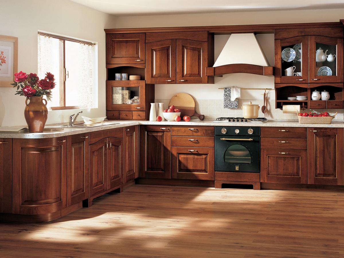 Коричневая мебель из массива для кухни