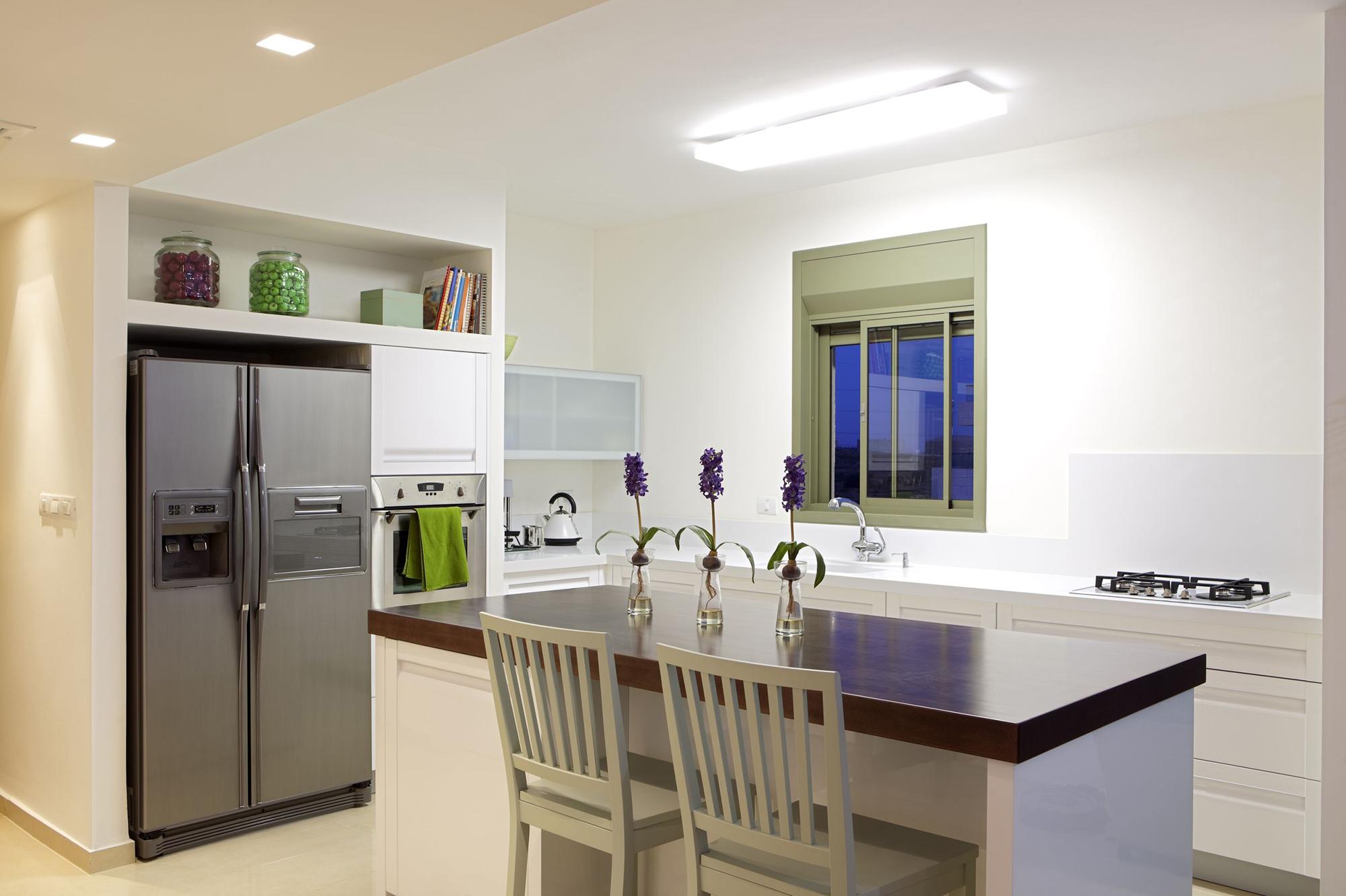 Ниша для холодильника в кухне