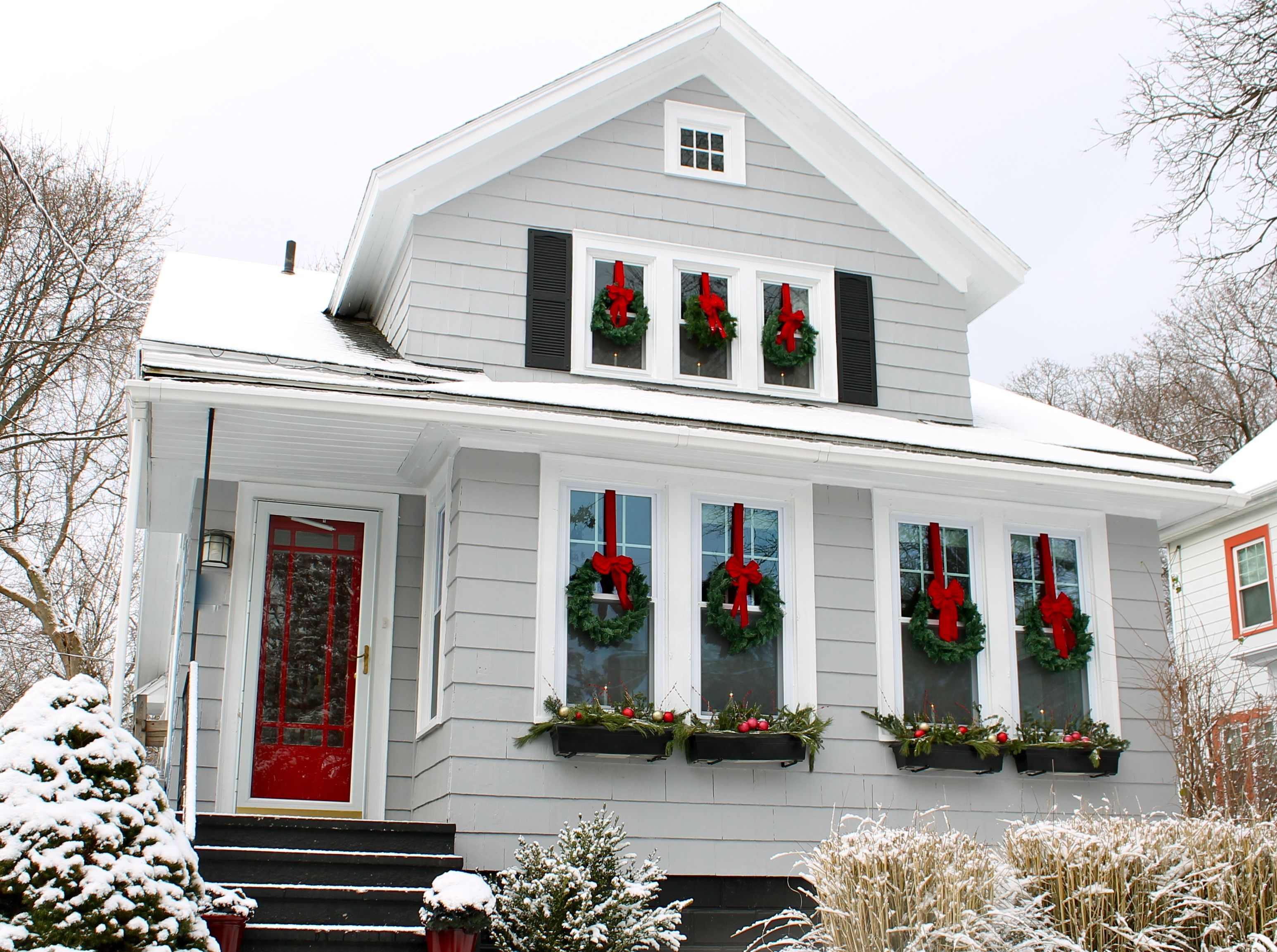 Новогоднее украшение фасада и окон