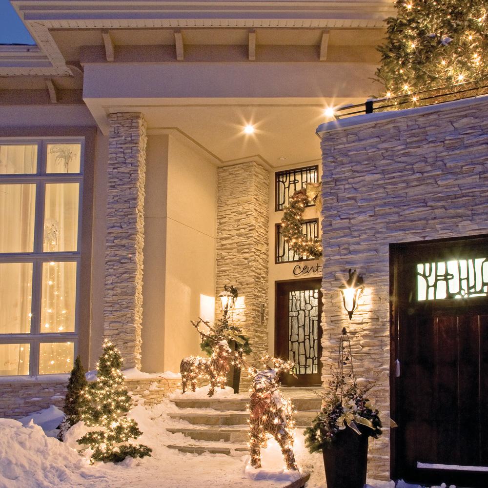 Новогоднее украшение фасада оленями