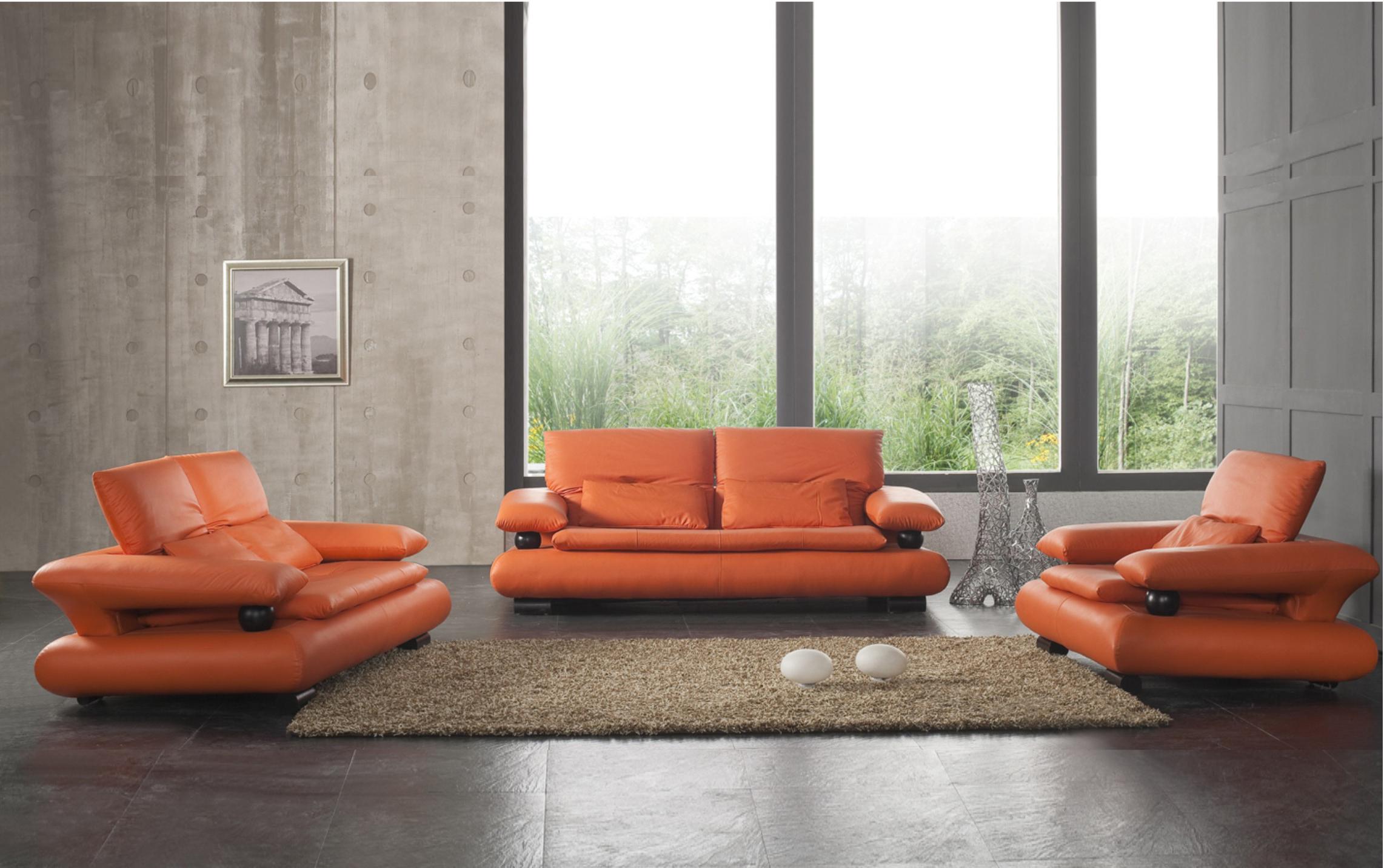 Оранжевые акценты в коричневом интерьере