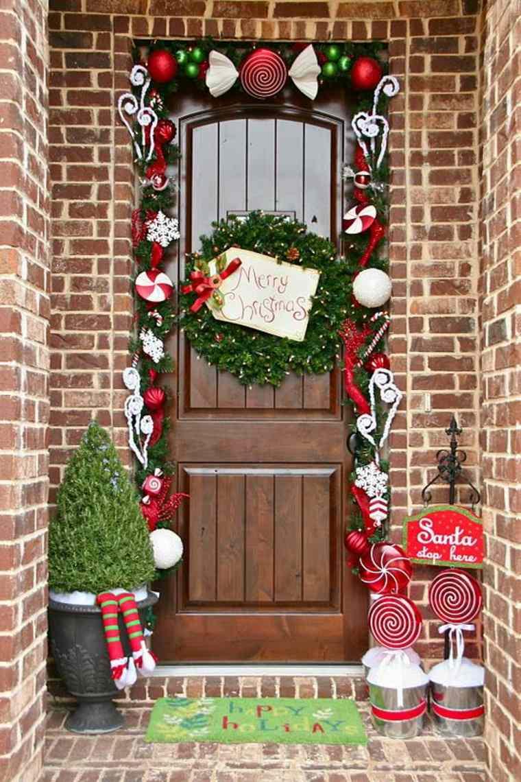 Новогоднее украшение фасада и дверного проема