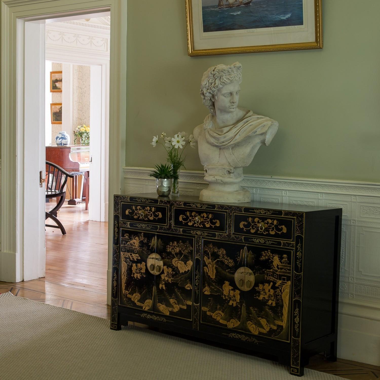Сервант в гостиную с росписью