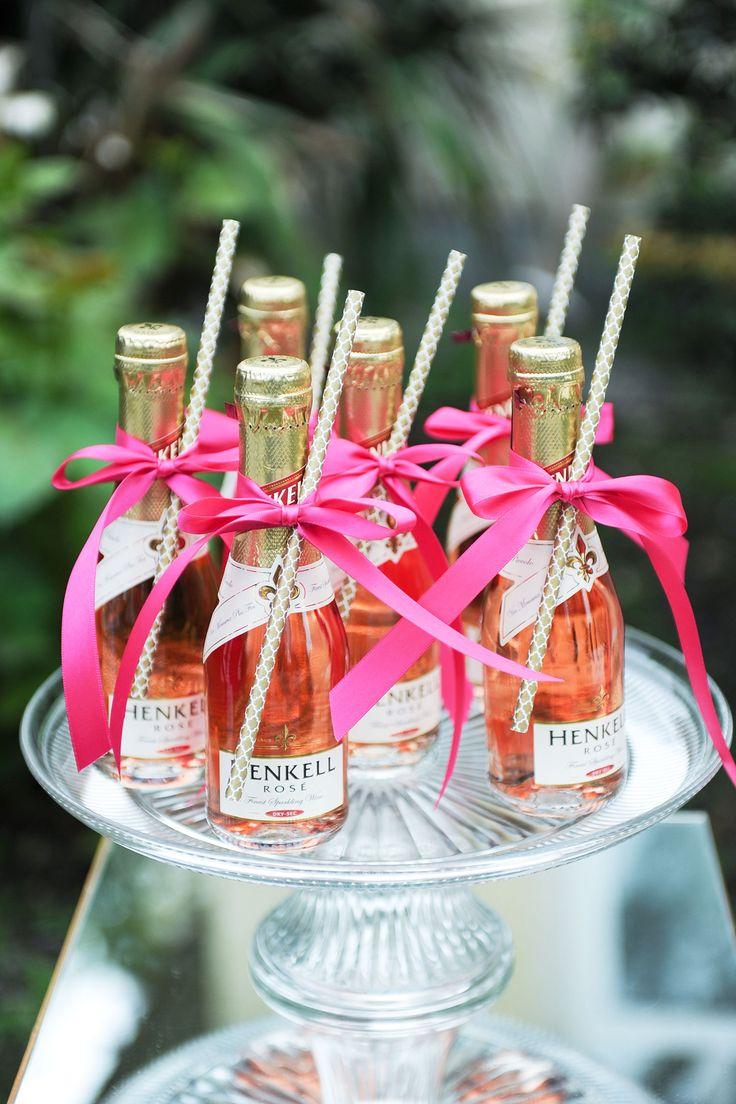Новогодний декор бутылки розового шампанского