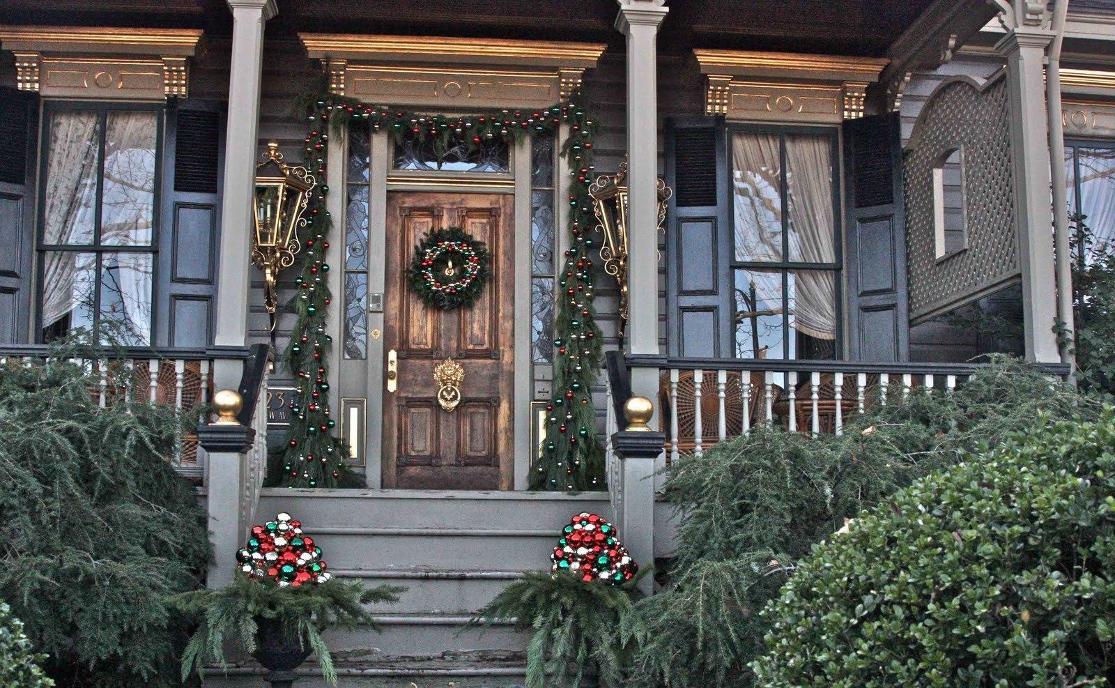Новогоднее украшение фасада в рустикальном стиле