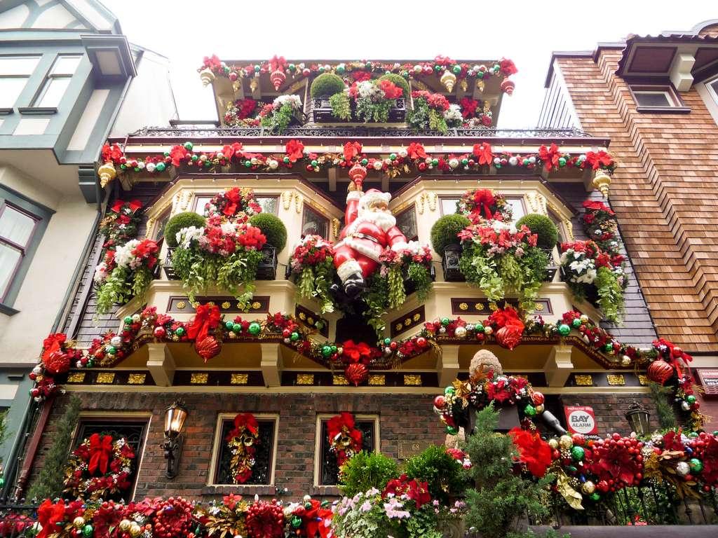 Новогоднее украшение фасада сантой