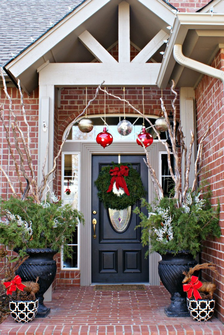Новогоднее украшение фасада шарами