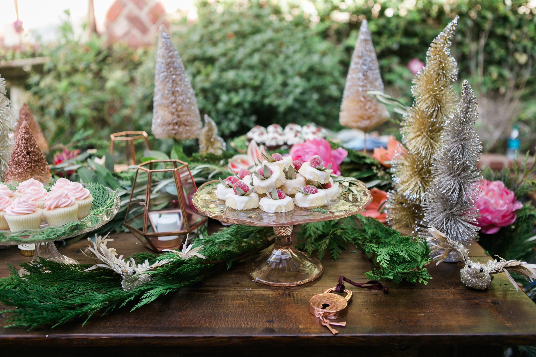 Украшение новогоднего стола 2018 сладостями