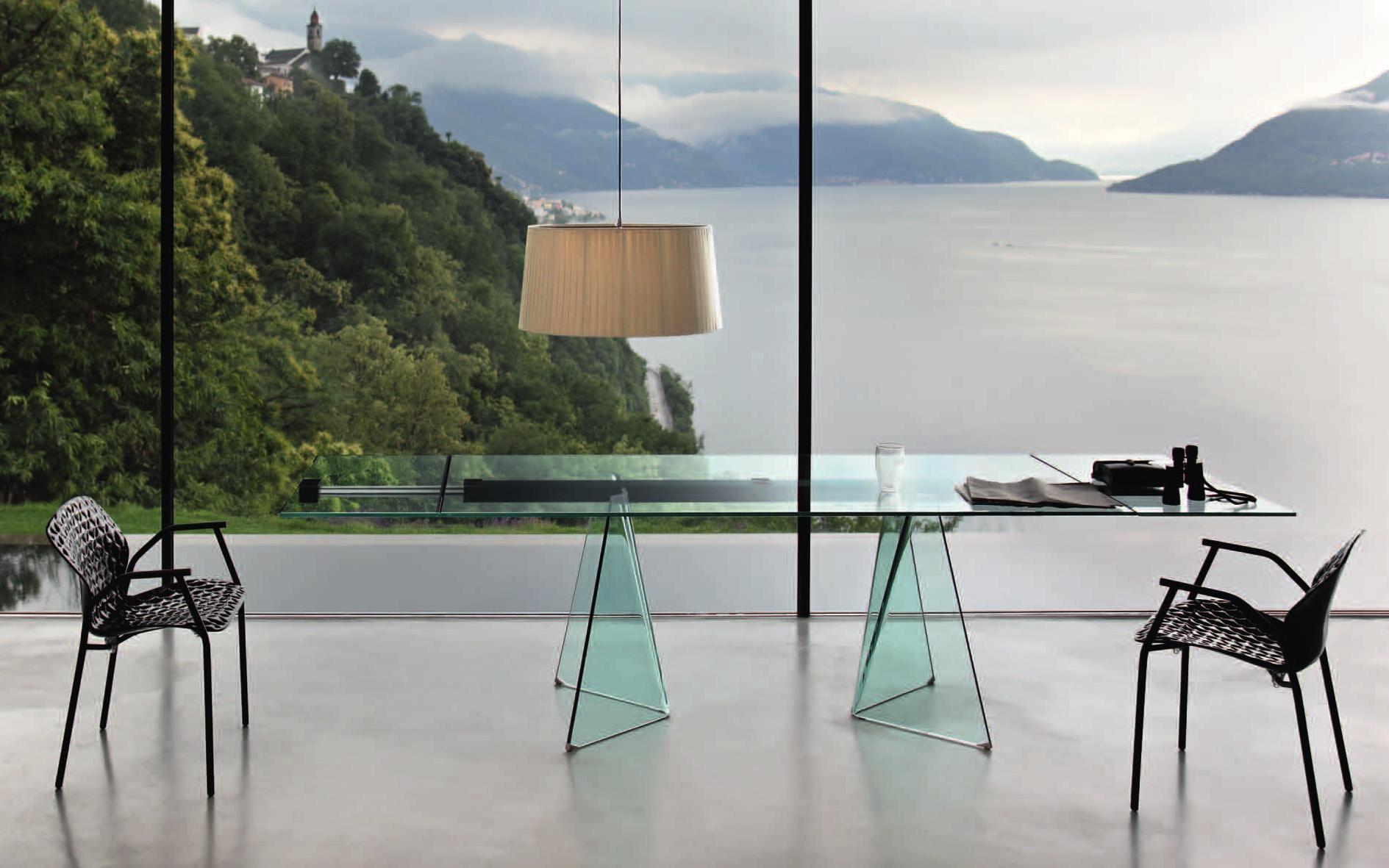 Современный стеклянный стол в интерьере