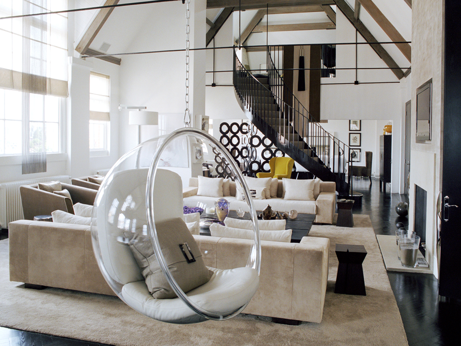 Подвесное кресло из стекла в интерьере дома