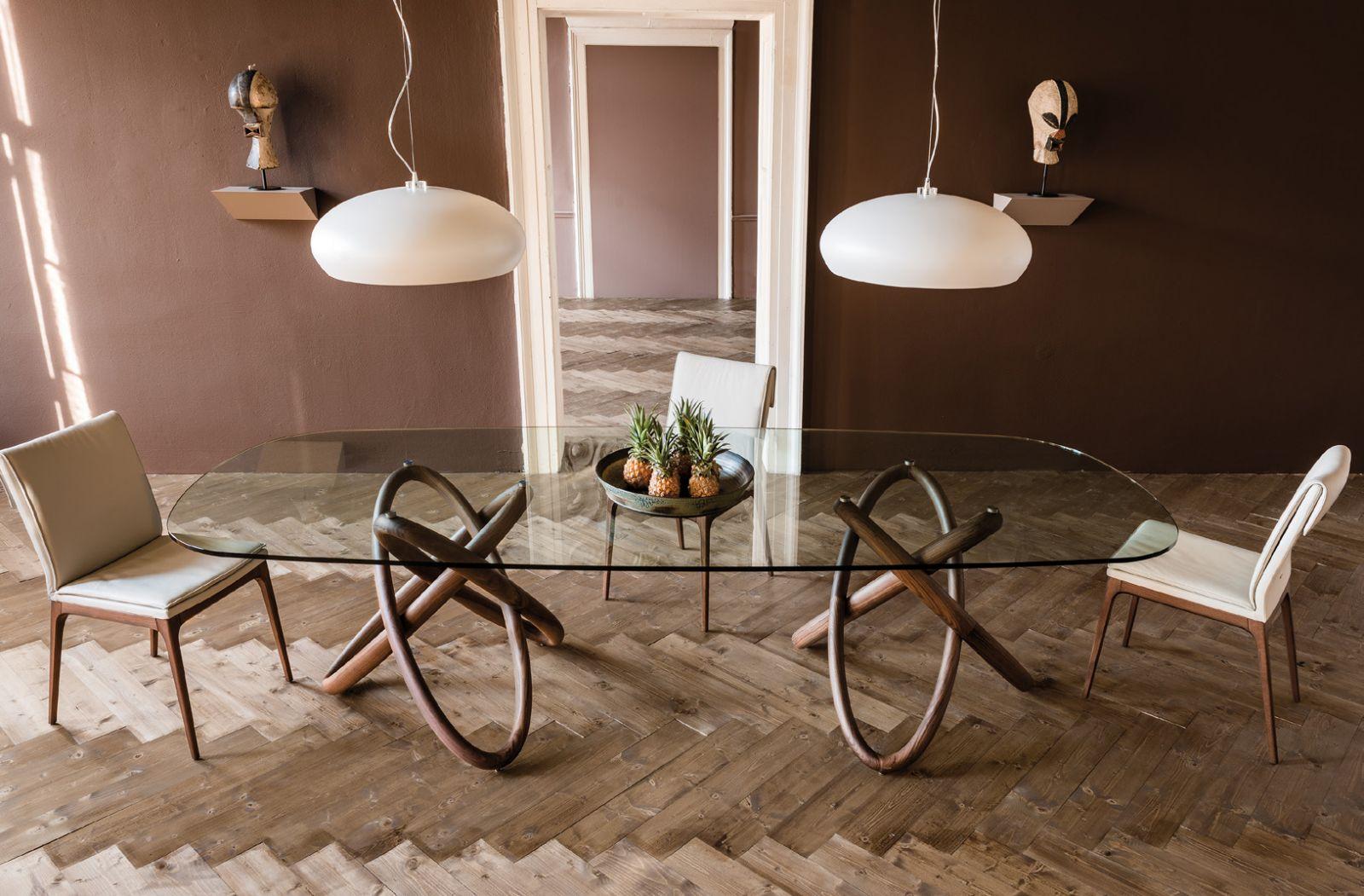 Большой обеденный стол из дерева и стекла