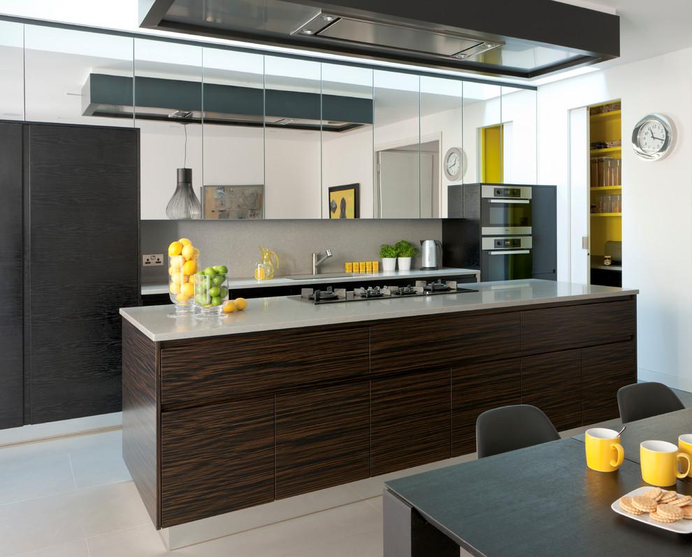 Стеклянные зеркальные шкафчики на кухне