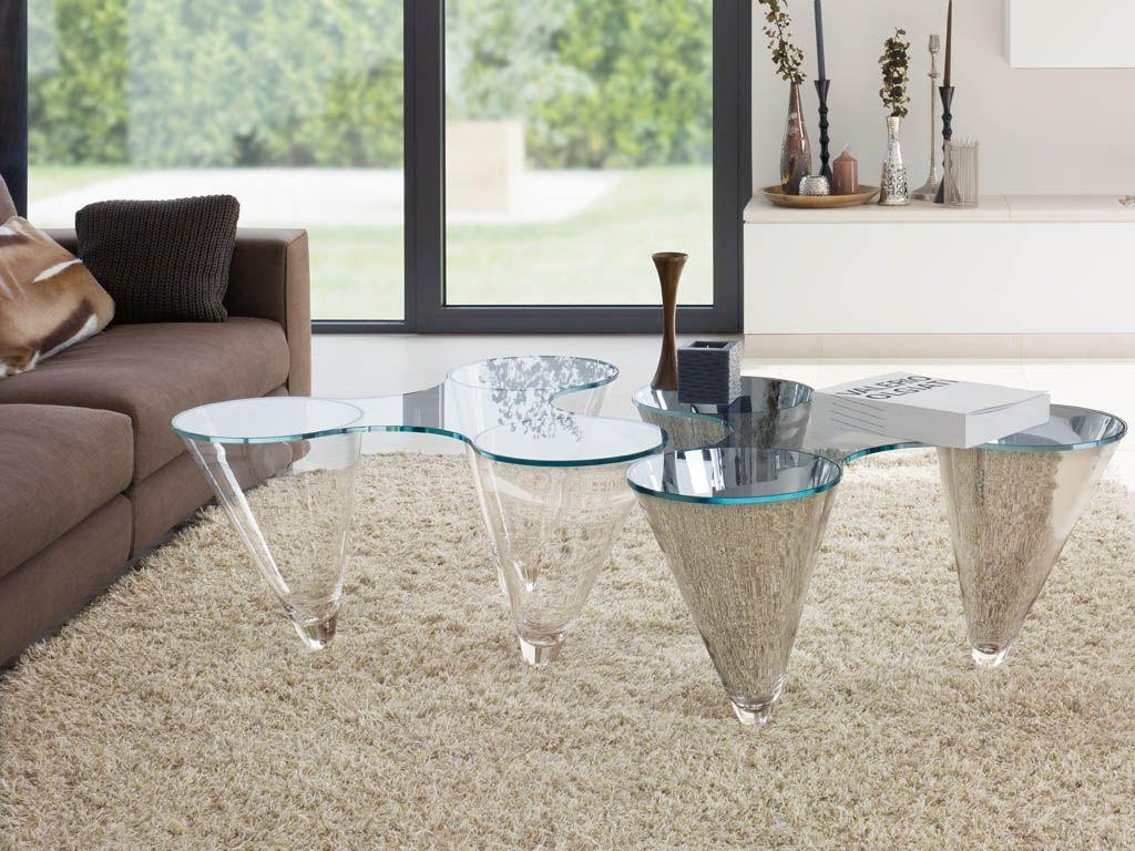 Стеклянные кофейные столики в интерьере гостиной