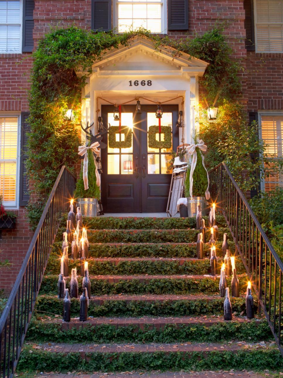 Новогоднее украшение фасада свечами