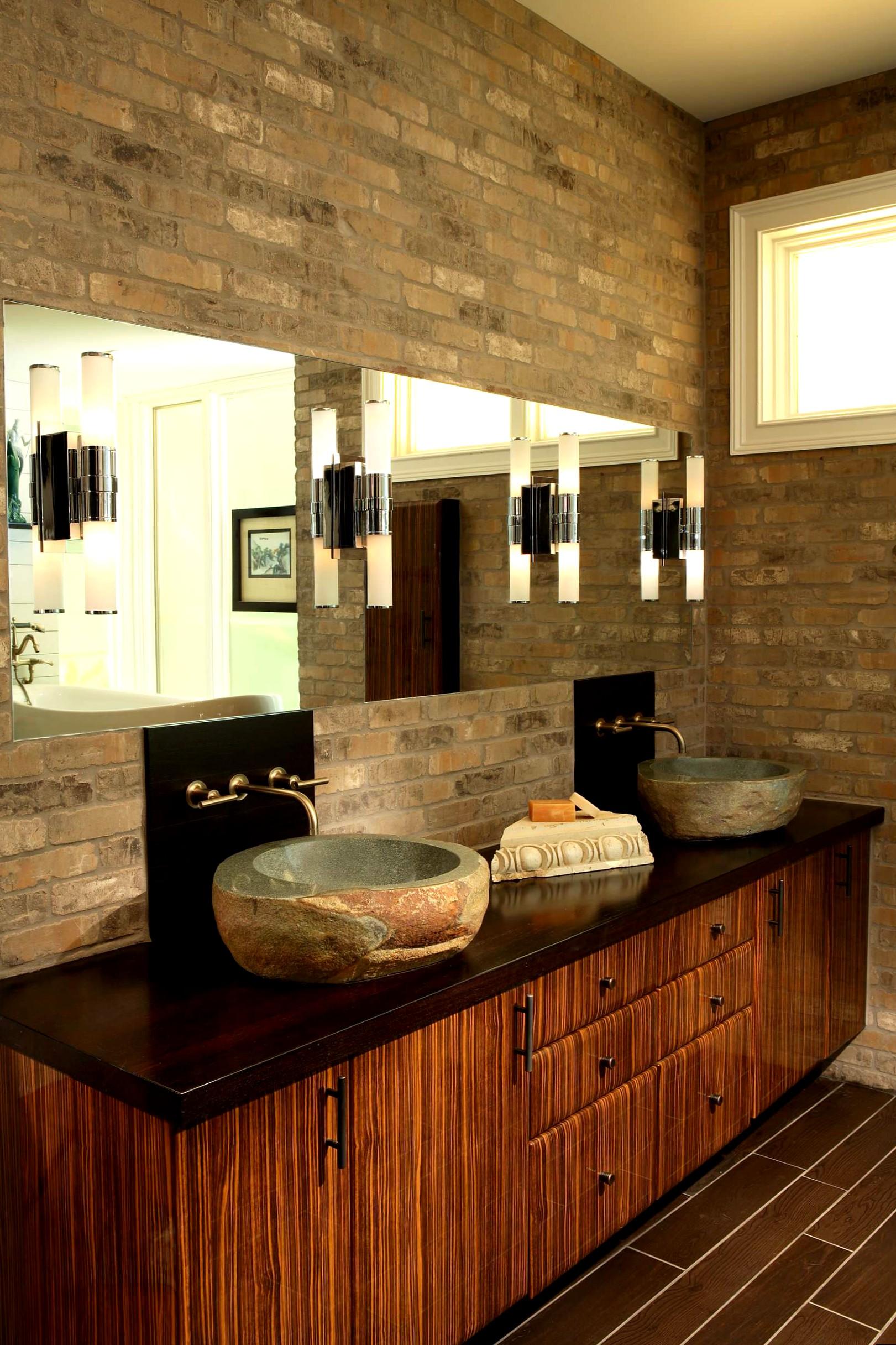 Коричневая ванная комната с кирпичными стенами