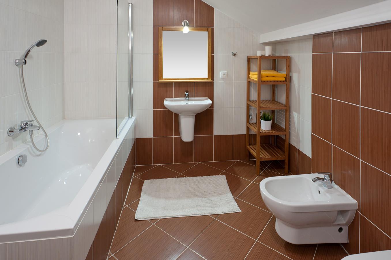 Мансардная коричнево-белая ванная комната