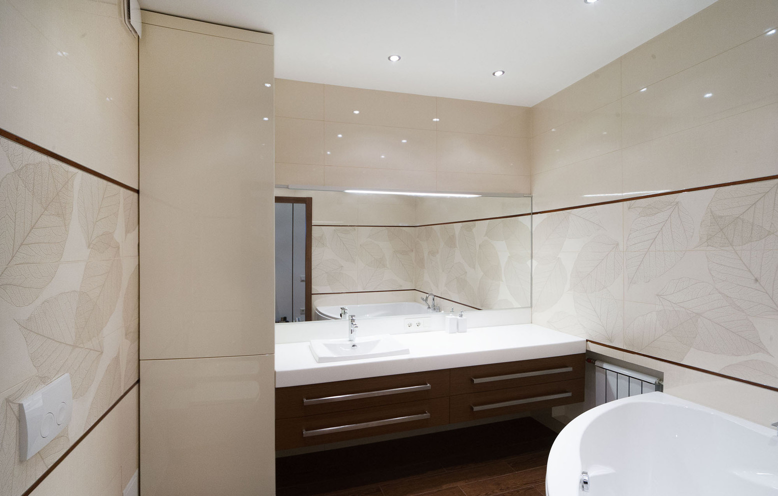 Коричневая мебель и пол в ванной