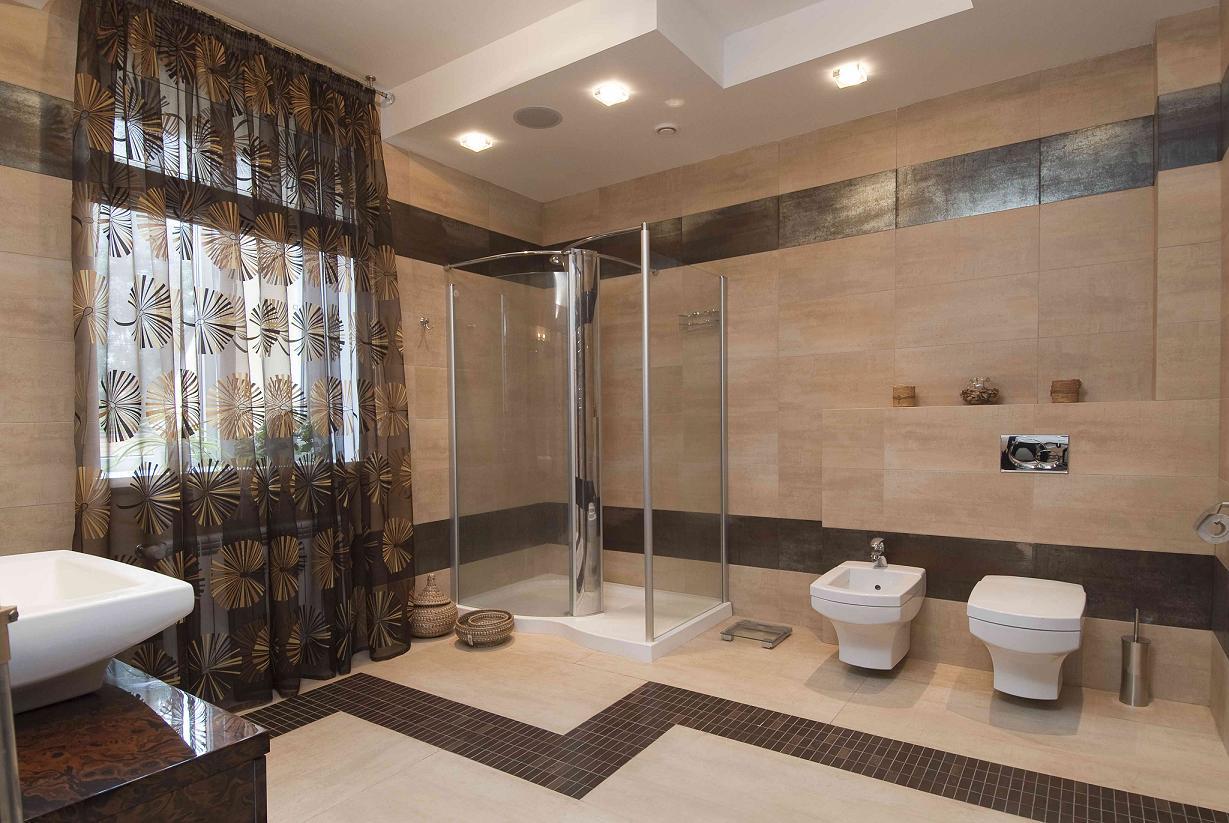 Большая коричнево-бежевая ванная комната