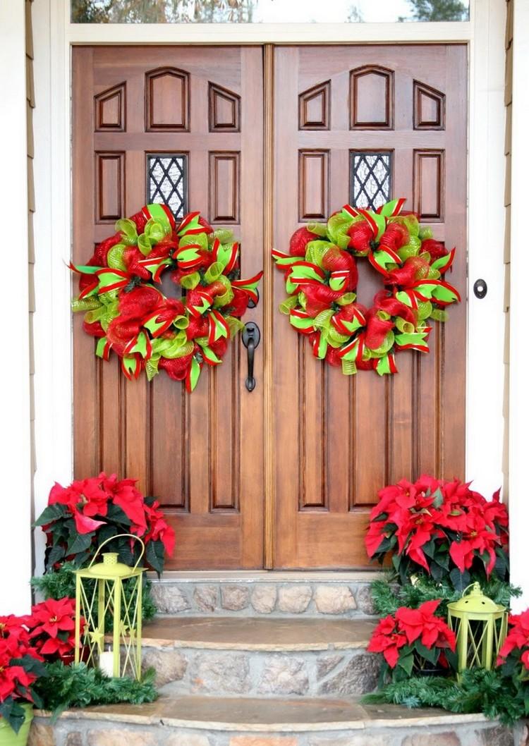 Новогоднее украшение фасада венками из лент