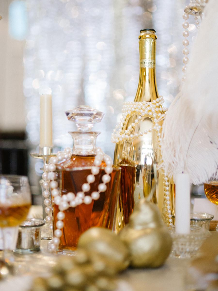 Новогодний декор бутылки шампанского в золотом цвете