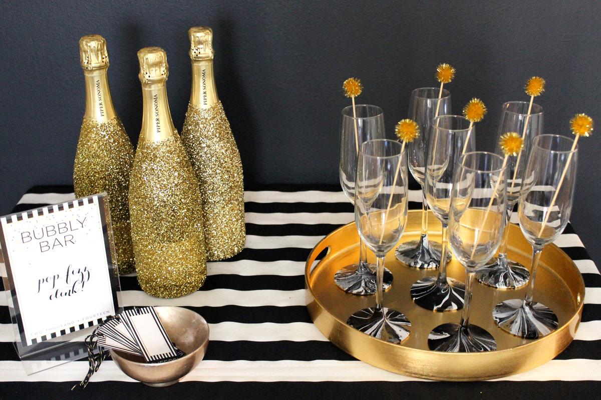 Новогодний декор бутылки шампанского золотыми блестками