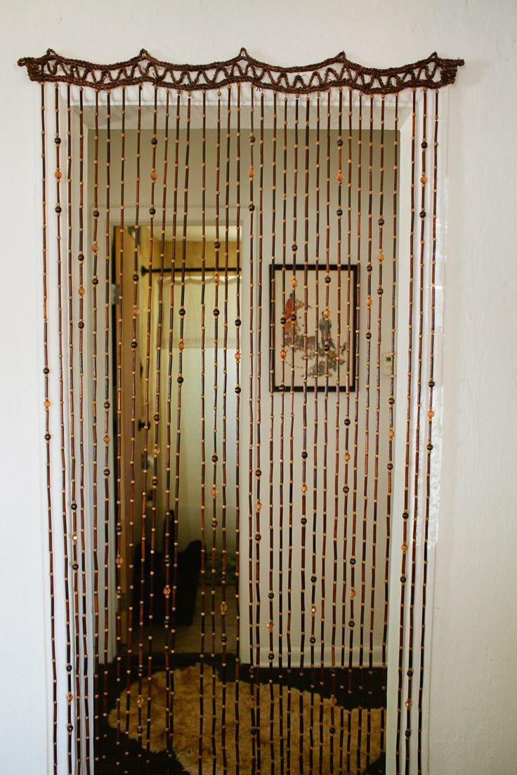 Шторы из дерева в дверном проеме