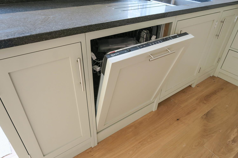 Полностью встроенная посудомойка