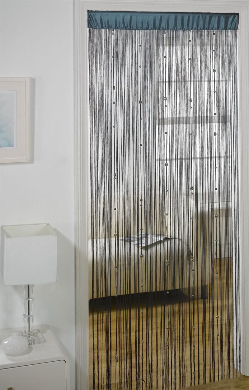 Нитяные шторы на дверном проеме