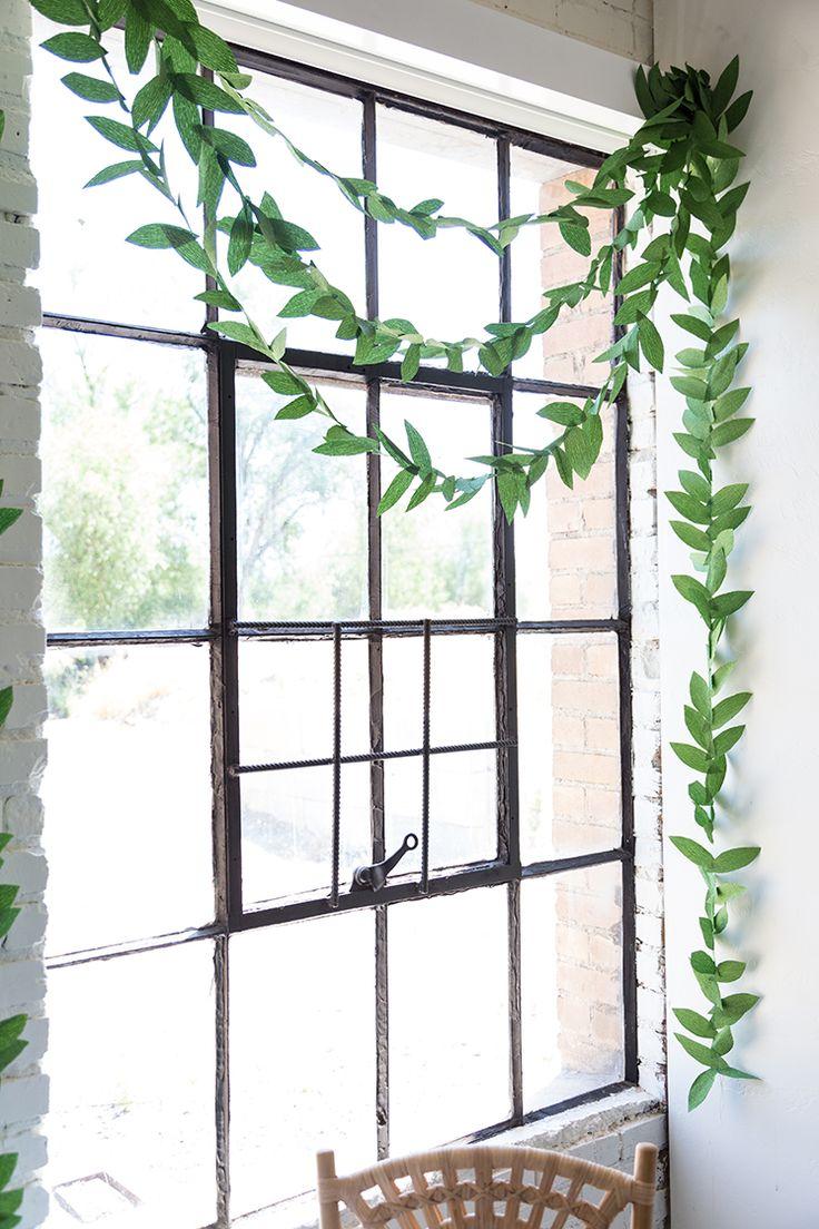 Гирлянда из бумаги на окне