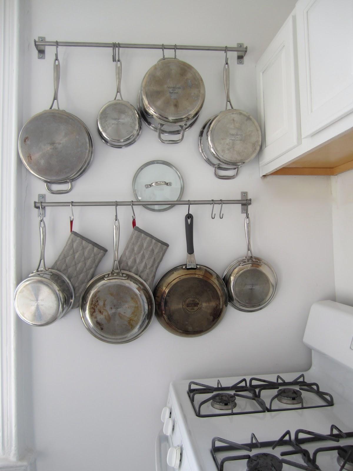 Рейлинг для сковородок на кухне