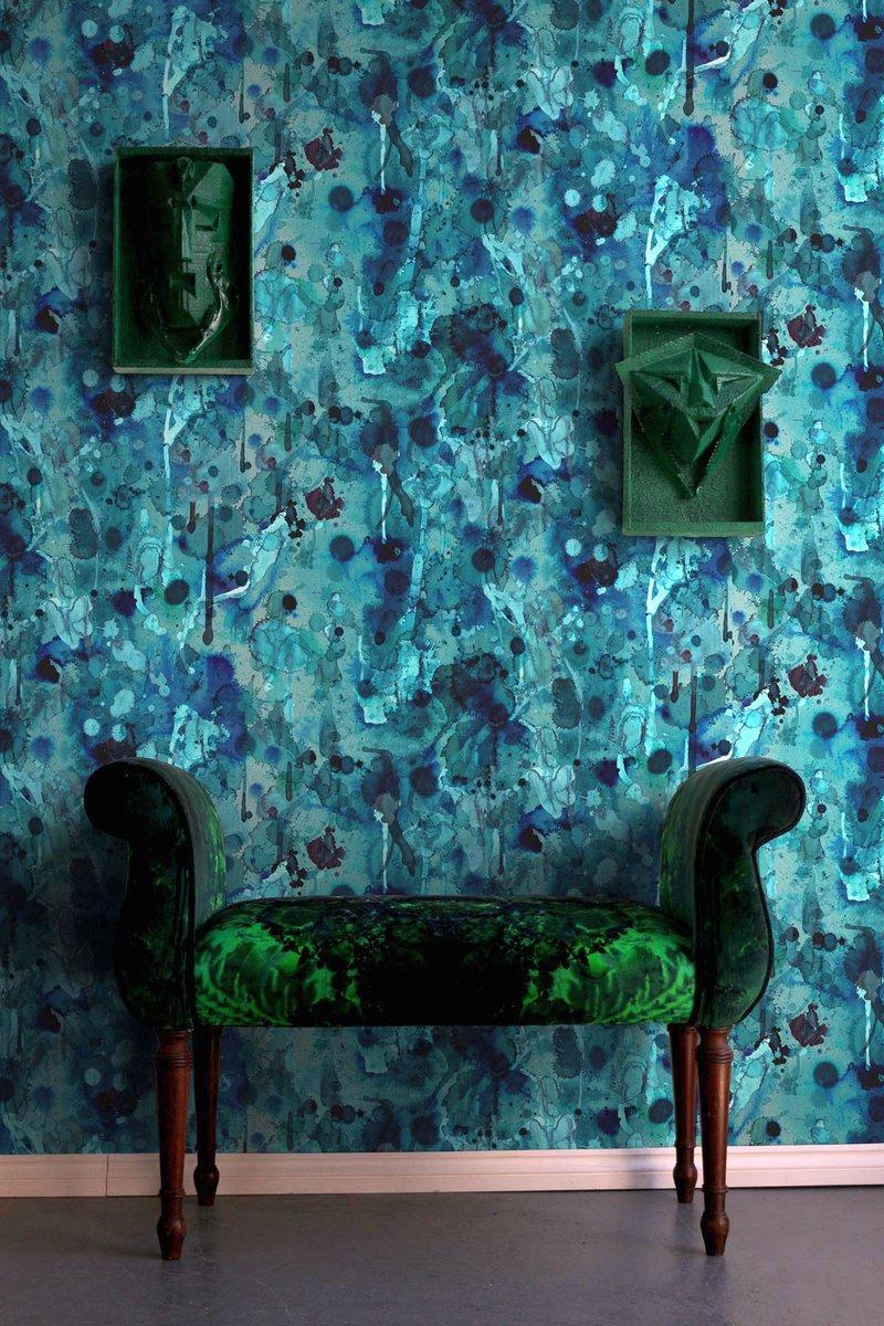 Дизайн бирюзовой гостиной с абстрактным рисунком