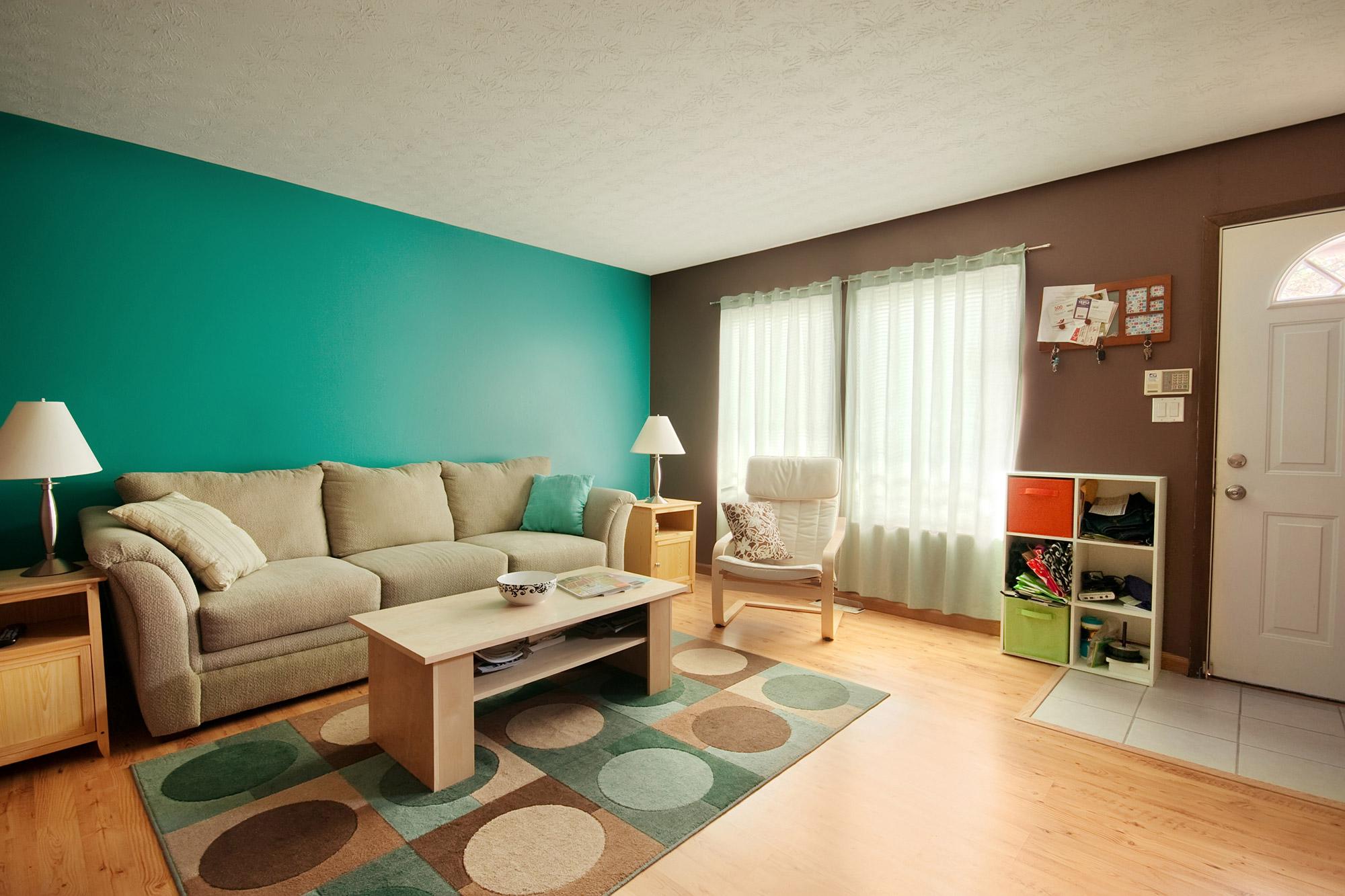 Дизайн бирюзовой гостиной с бежевым