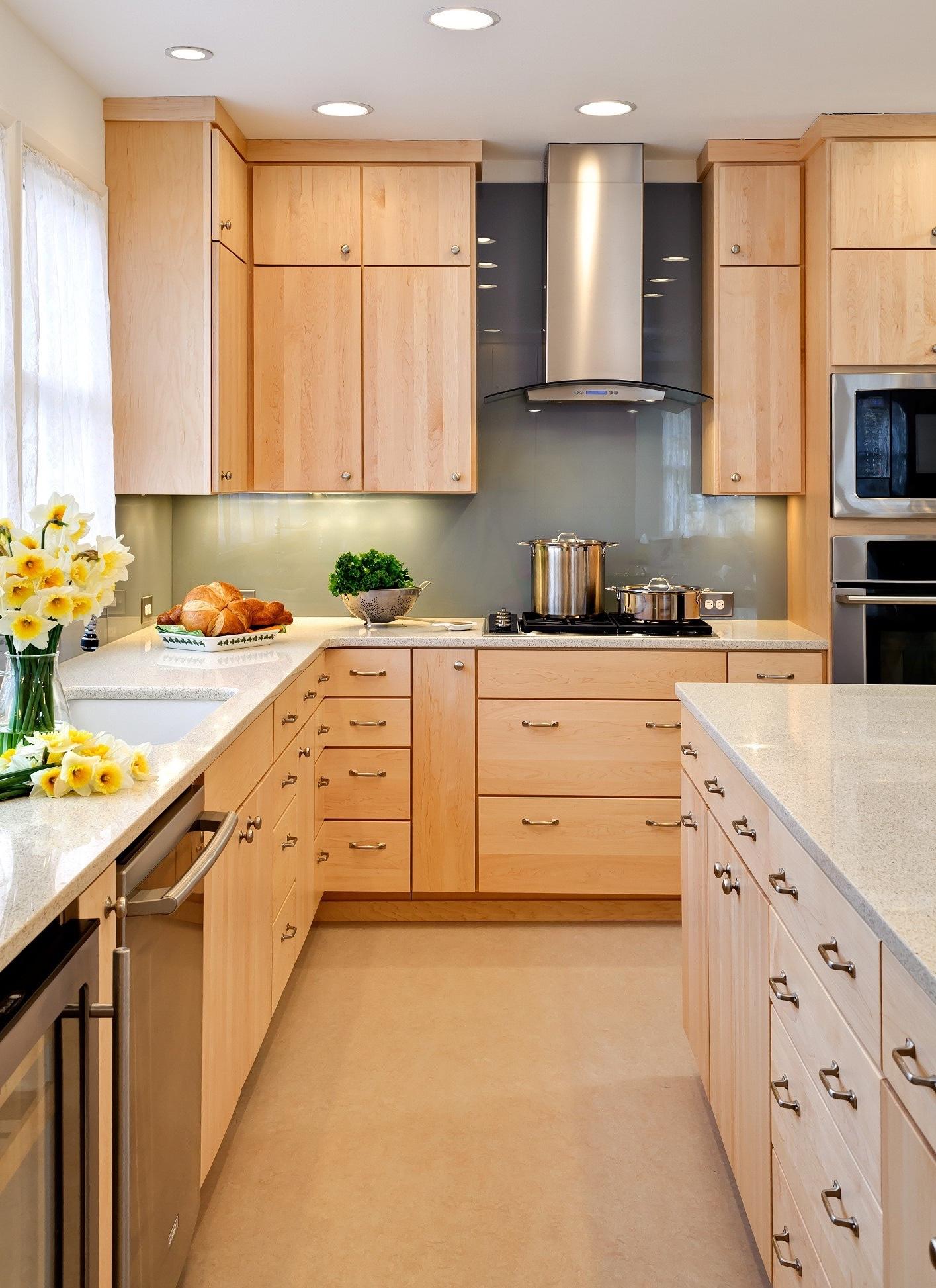 Деревянная кухня цвета ванили