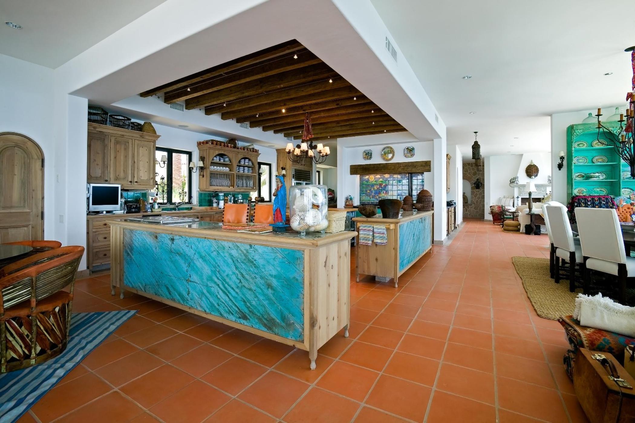 Дизайн бирюзовой гостиной в деревенском стиле