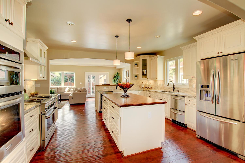 Кухня цвета ванили в доме