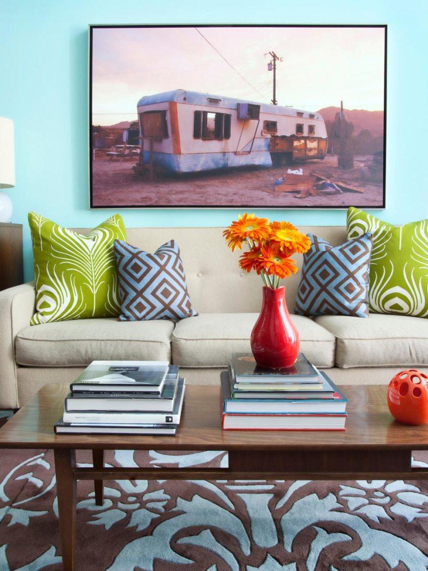 Дизайн бирюзовой гостиной с геометрическим принтом