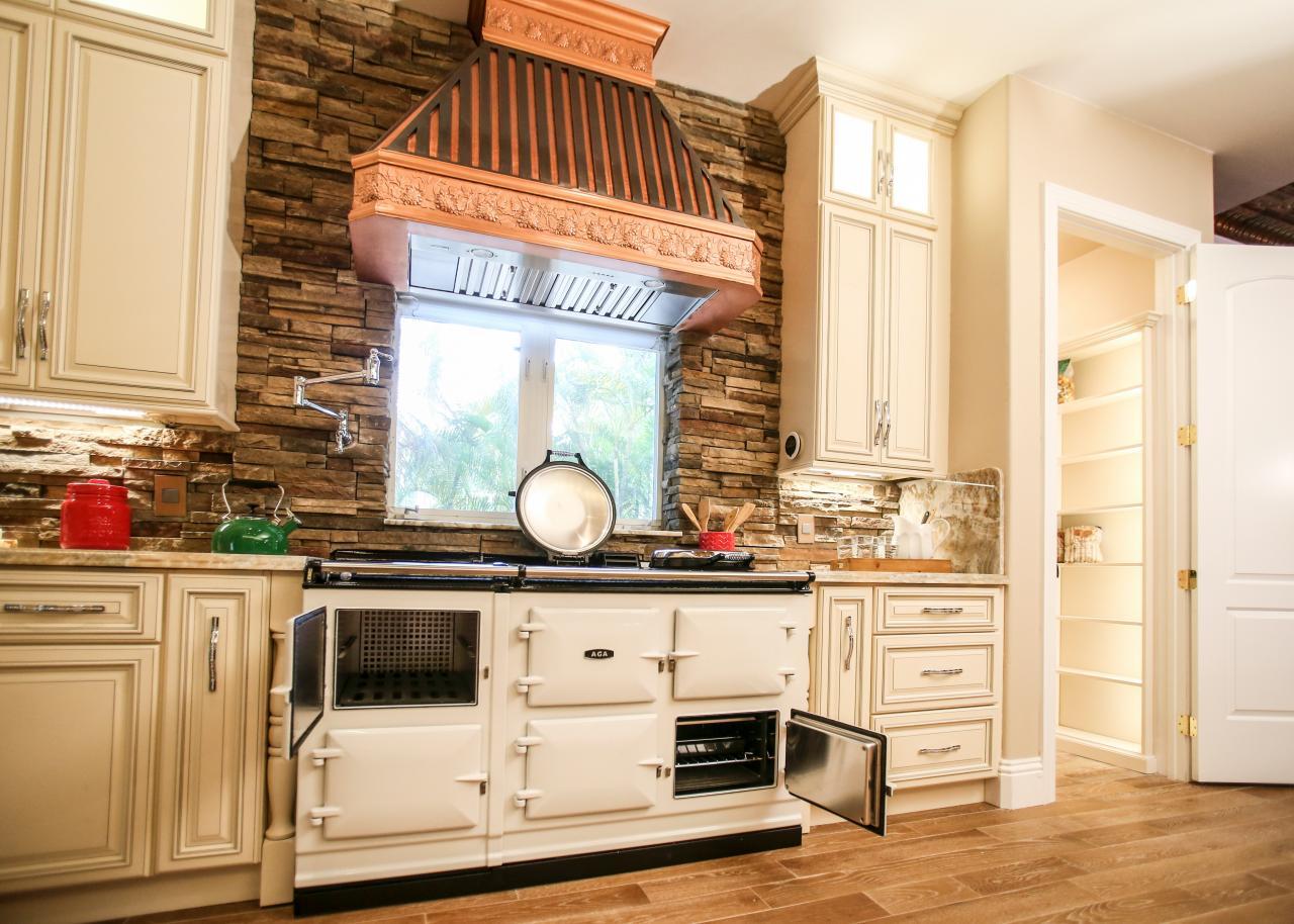 Кухня цвета ванили в стиле кантри