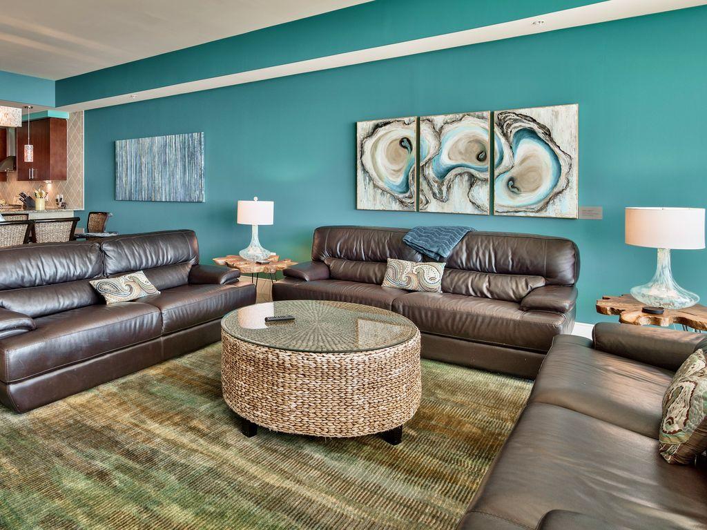 Дизайн бирюзовой гостиной с картинами
