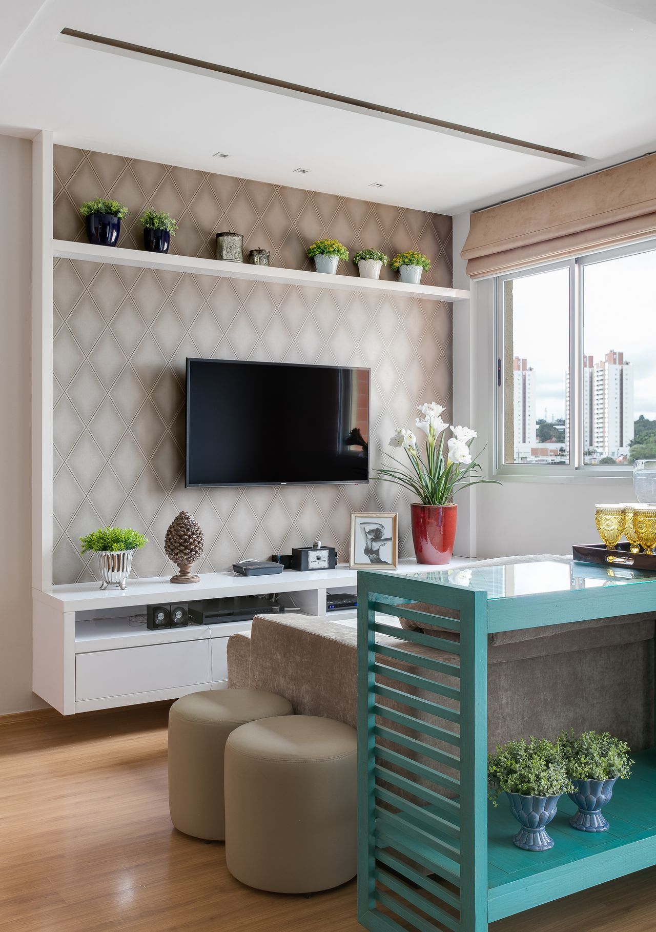Бирюзовый консольный столик в гостиной